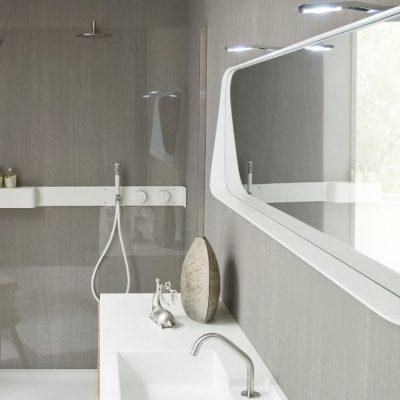 Красивое зеркало в ванной