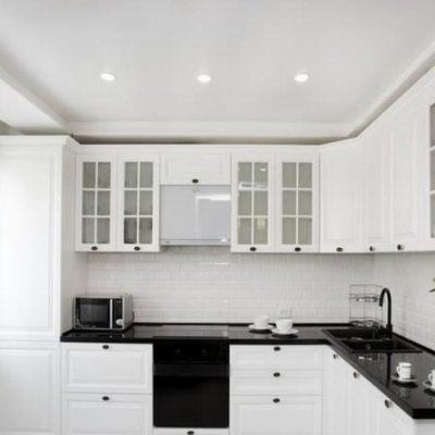 Кухня с вытяжкой неоклассика стиля светлая на фото примере