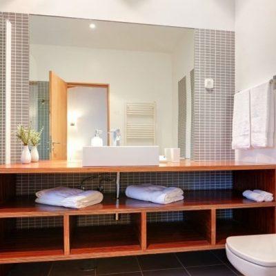 Полки в ванной минималзм стиля