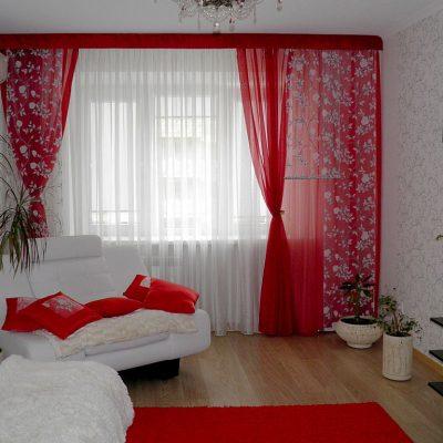 Яркие красные шторы