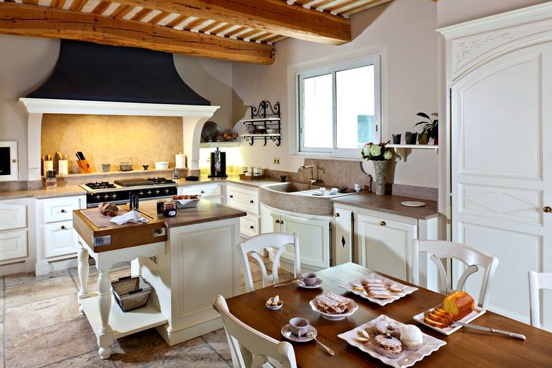 интерьер кухни в бежево-белых тонах