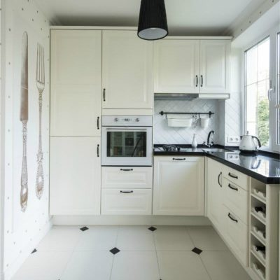 Белый фасад кухни