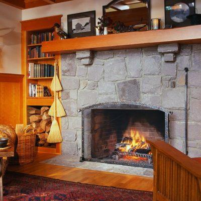 Гостиная комната современного стиля с камином