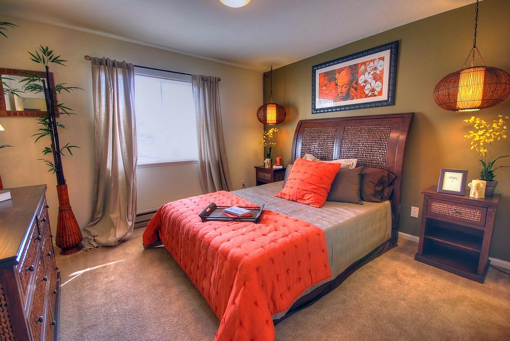 Спальня комната с картинами по фен шуй стилю