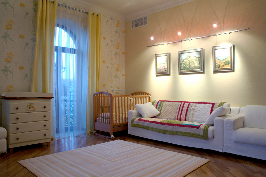 Спальня комната с картинами