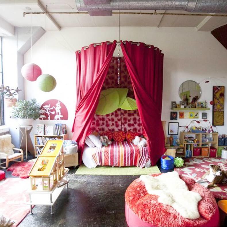 Оживит комнату и добавит ей романтики большой красный балдахин над кроватью