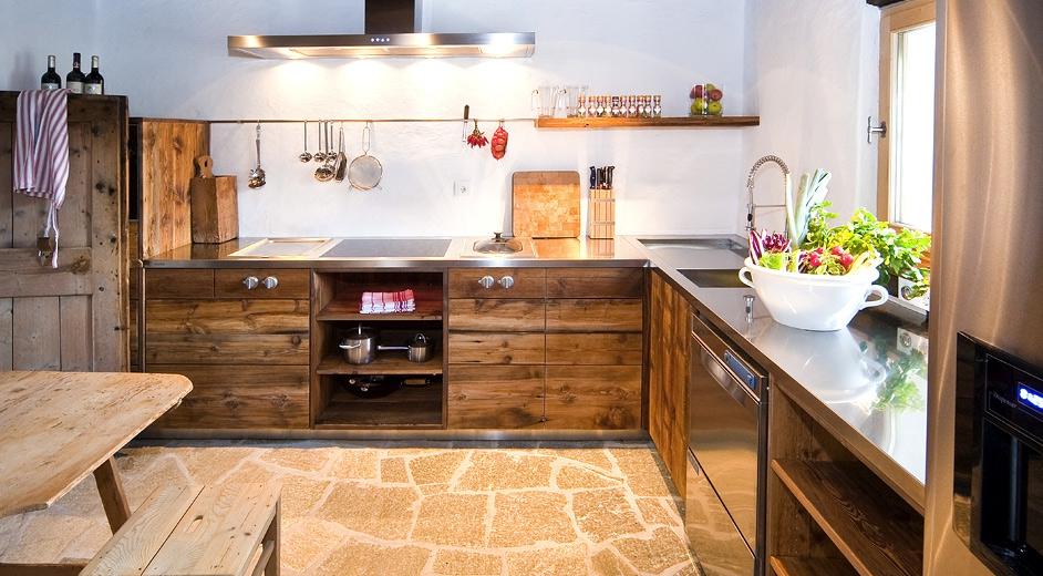Для отделки пола на кухне можно использовать керамогранит
