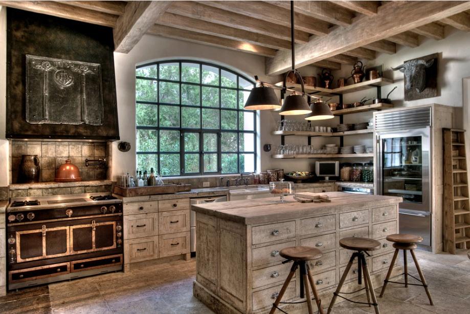 Хорошо смотрится на кухне в стиле шале деревянная неотшлифованная мебель грубой