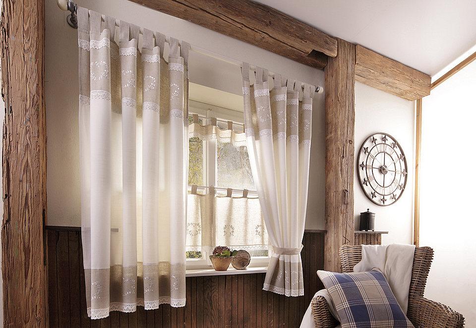 Стиль шале тяготеет к природным материалам, поэтому шторы и другой кухонный текстиль лучше выбирать из натуральных тканей - льна или хлопка