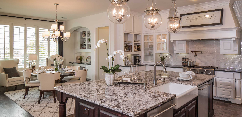 С помощью ковра можно визуально отделить зону столовой от кухни