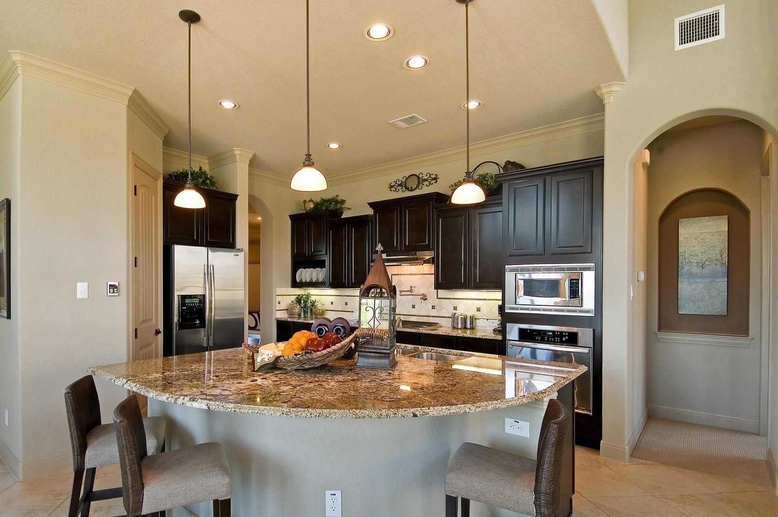 Стены на кухне в американском стиле лишены какого-либо декора, их просто окрашивают в светлые цвета