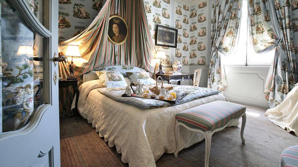 Интерьер спальной комнаты с обоями