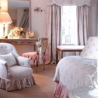 Шебби аксессуары в спальне на примере фото