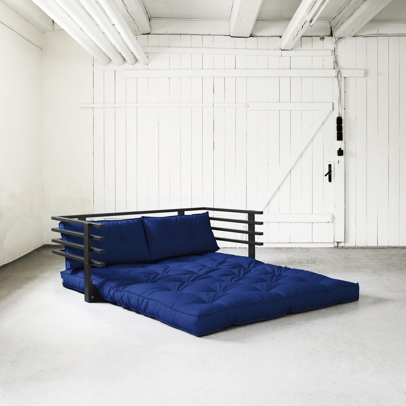 Кровать футон позволяет легко трансформировать спальное место в диван