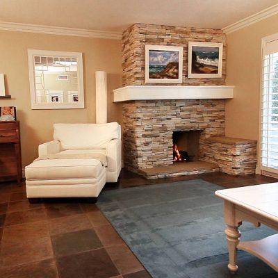 Красивая коричневая гостиная в доме