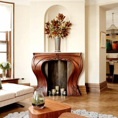 Светлая гостиная с камином в стиле модерн