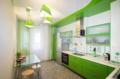 Белый потолок для зелёной кухни