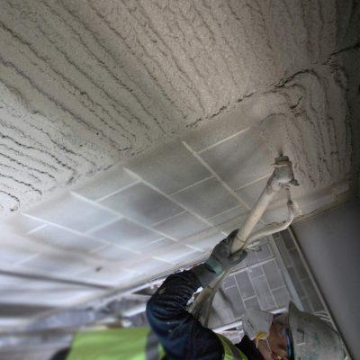 Выравнивание и штукатурка потолка