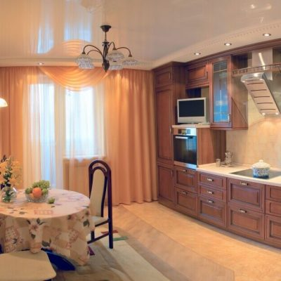 Глянцевый потолок на кухне
