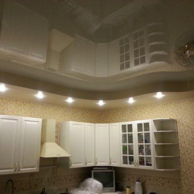 Двухъярусные потолки на кухне