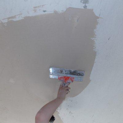 Отштукатуренный потолок