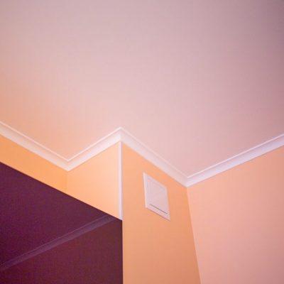 Покрашенный потолок дома