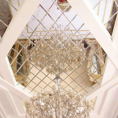 Потолок зеркальный в коридоре