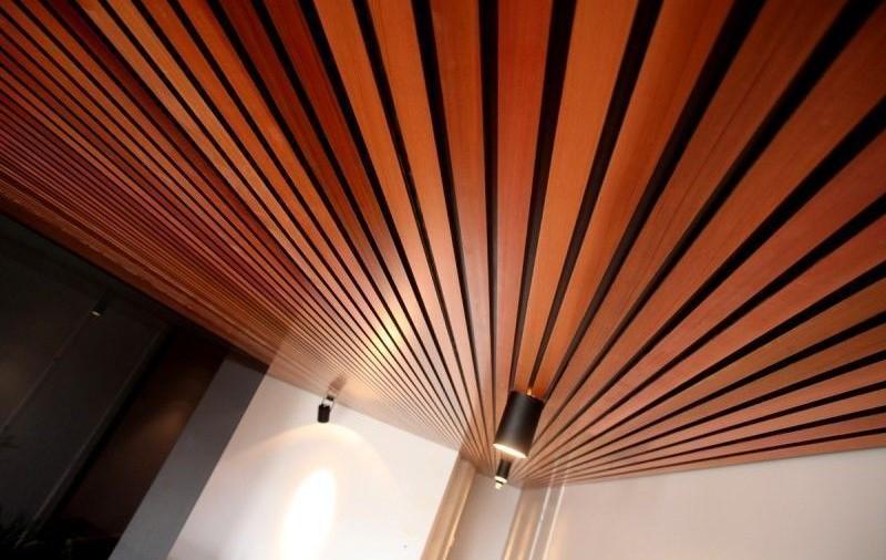 Разновидности деревянных потолков и особенности каждого вида