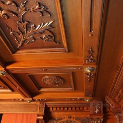 Резной деревянный потолок