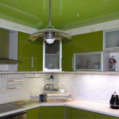 Салатовый потолок на кухне
