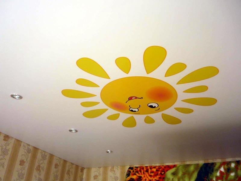 Натяжные потолки в детскую комнату для мальчика, если сделать на них фотопечать, могут изображать карту звездного неба, стать продолжением рисунка на стене.