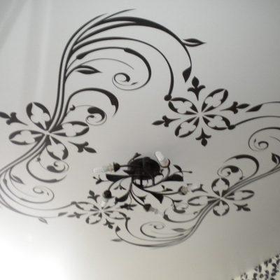 Потолок с чёрным узором