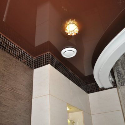 Тёмно-коричневый потолок