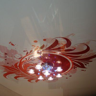 Узоры красные на потолке