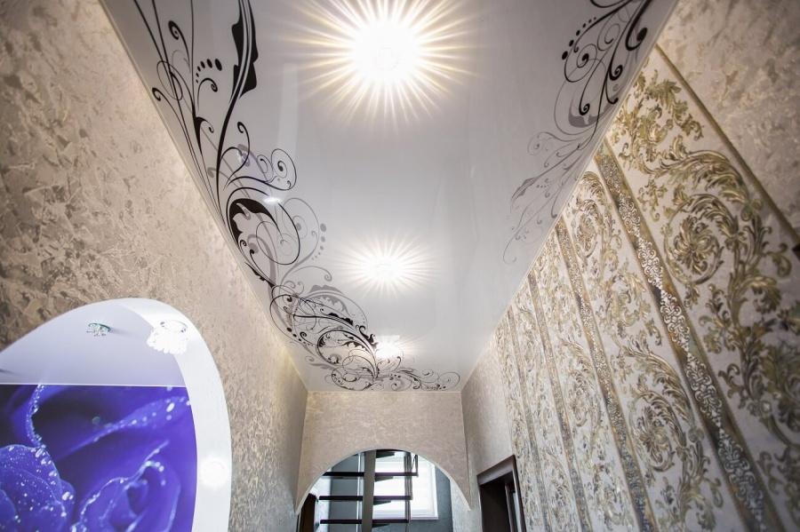 Красота натяжных потолков, усиленная красивыми фото или принтом