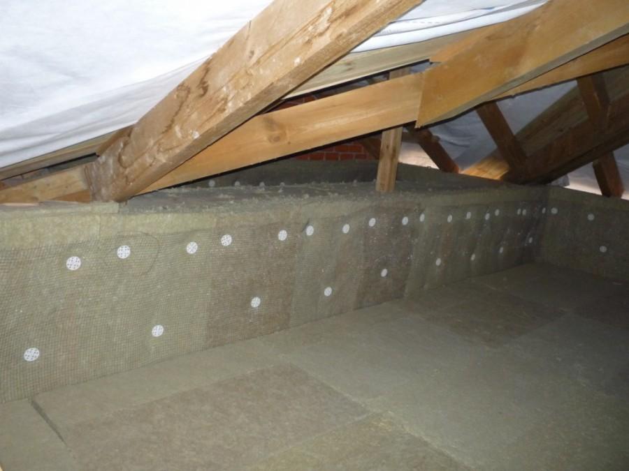 Чем лучше сделать утепление потолка в доме с холодной крышей