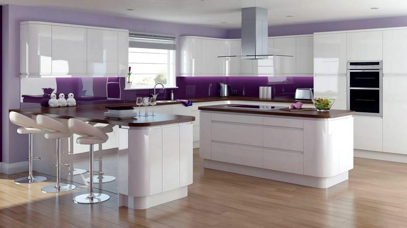 Белая глянцевая кухня с сиреневыми акцентами