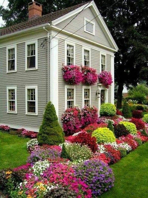 Великолепный сад у дома