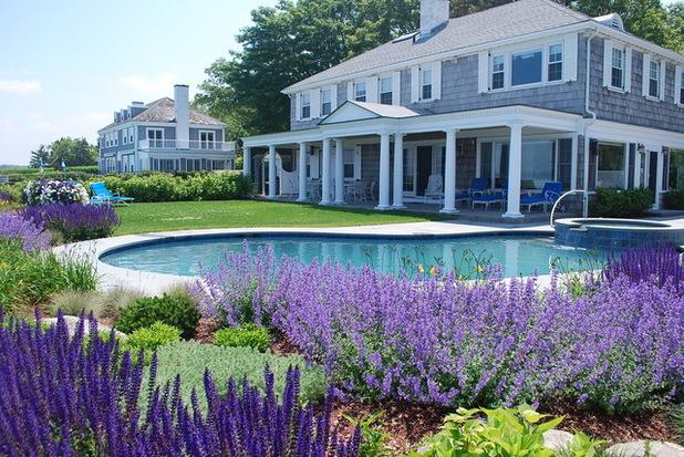 Дом с бассейном и цветущим садом Астильбии