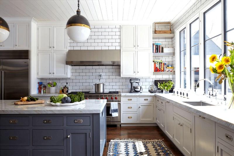 Идея дизайна кухни в белых тонах