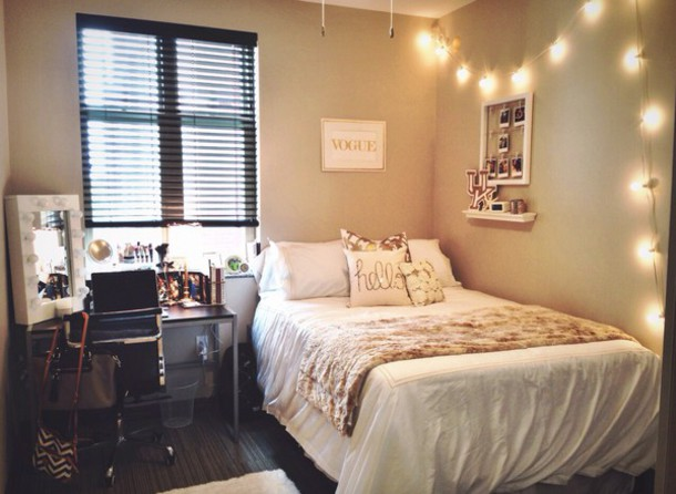 Интересный дизайн спальни для маленьких девочек в бежевых тонах