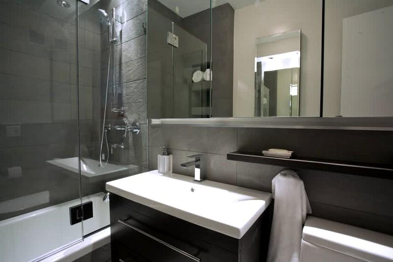 Интерьер ванной комнаты в сером цвете