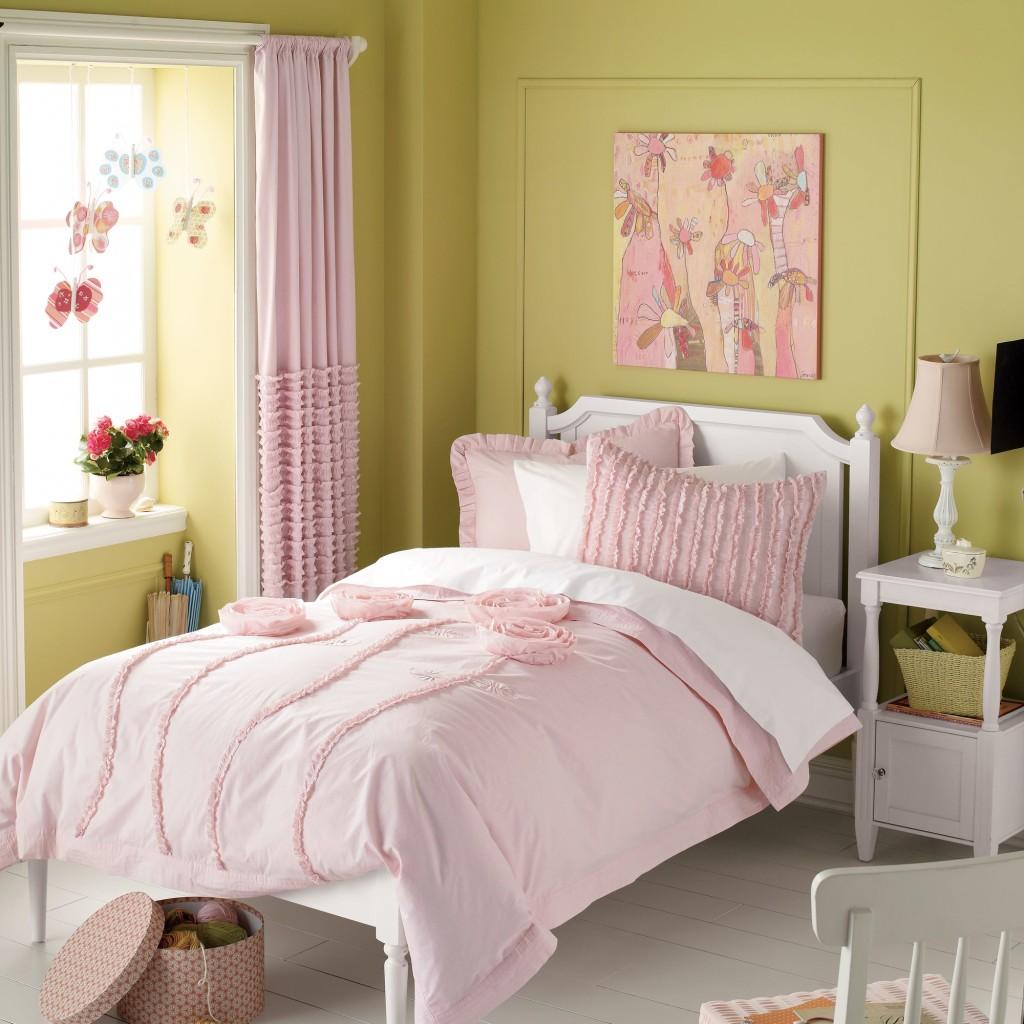 Розовые занавески в сочетании с зелеными стенами
