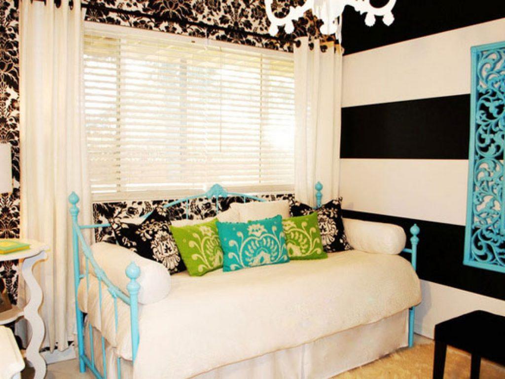 Черное-белые стены в комнате для девочки