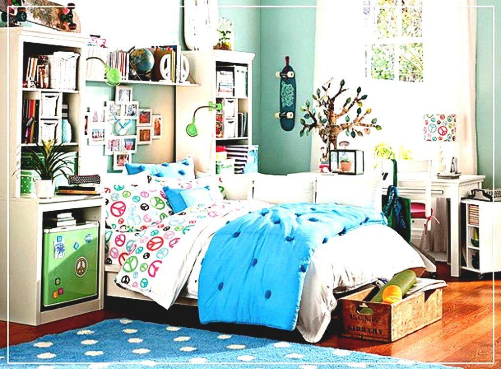 Комната для девочки с ярким покрывалом на кровати