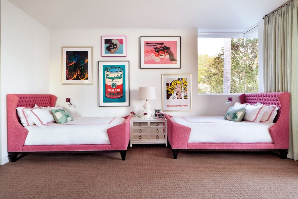Кровати в комнате для девочек близнецов