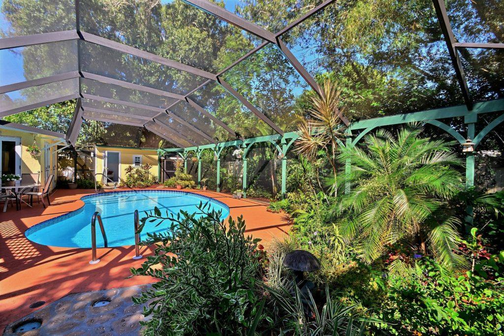 Крытый бассейн в саду