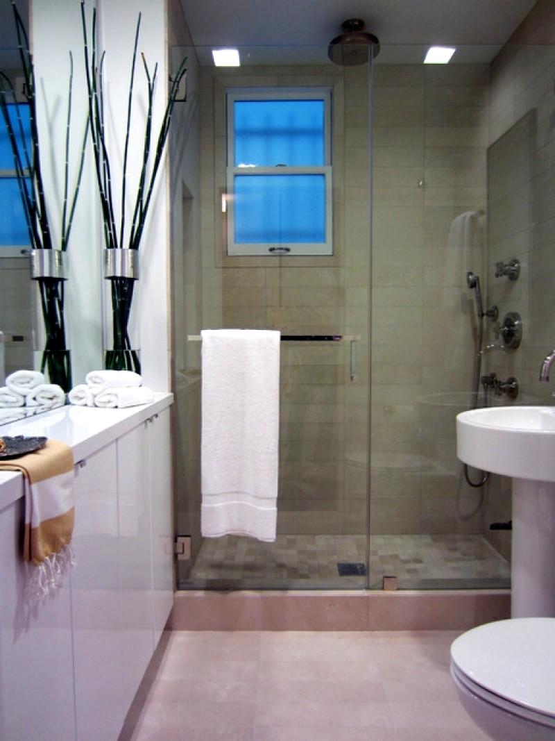 Небольшая ванная комната со стильным декором