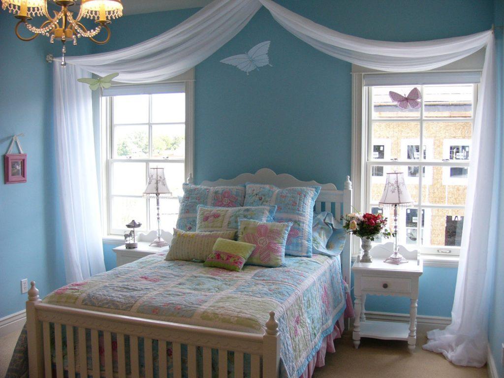 Нежное сочетание цветов в интерьере женской спальни