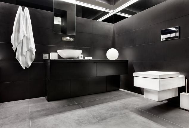 Отделка ванной комнаты в черном цвете с зеркалами